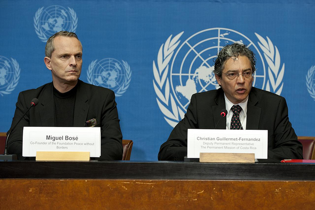 Miguel Bosé, Co-Founder of the Foundation Peace without borders, and Christian Guillermet-Fernandez, Deputy Permanent Representative of Costa Rica to the United Nations and Chairperson-Rapporteur of the Working Group during the press conference on Peace Rights in 2013.Credit: UN Geneva / Violaine Martin